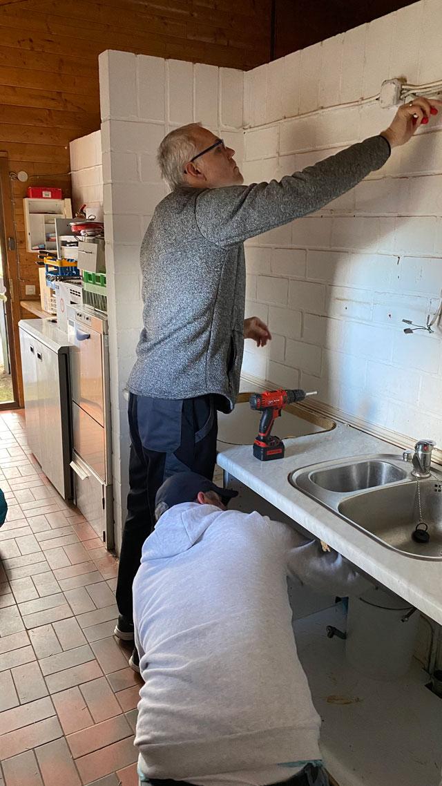 Tennisclub Reifenberg - Sanierung Küche Vorstände Markus und Michael beim Abbau der alten Küchenzeile